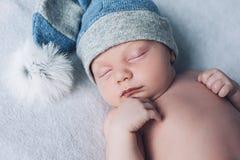 El niño recién nacido está durmiendo, los sueños dulces del pequeño bebé, sueño sano, recién nacido fotos de archivo