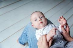 El niño recién nacido miente en su revestimiento del ` s de la madre Imágenes de archivo libres de regalías