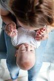 El niño recién nacido miente en su revestimiento del ` s de la madre Fotos de archivo libres de regalías