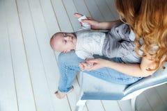 El niño recién nacido miente en su revestimiento del ` s de la madre Fotografía de archivo