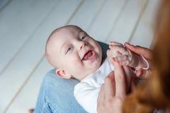 El niño recién nacido miente en su revestimiento del ` s de la madre Imagen de archivo libre de regalías