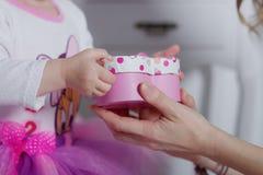 El niño recibe un regalo foto de archivo