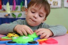 El niño recoge al diseñador Foto de archivo libre de regalías