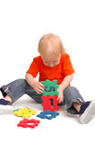 El niño recoge rompecabezas Imágenes de archivo libres de regalías