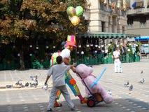 El niño requiere para los globos Payaso Cuadrado central fotos de archivo