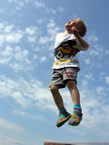 El niño salta Fotografía de archivo