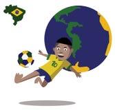 El niño salta y el lado golpea el balón de fútbol con el pie Fotografía de archivo