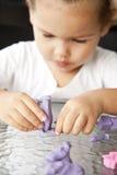 El niño sculpts de la arcilla fotografía de archivo
