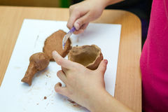 El niño sculpts de la arcilla Foto de archivo libre de regalías