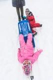 El niño se cae del trineo de la sacudida Fotos de archivo libres de regalías