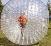 El niño se divierte en la bola de Zorbing Fotografía de archivo