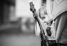 El niño se está sentando en un carro Foto de archivo