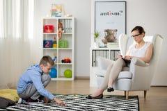 El niño se sienta en la alfombra imágenes de archivo libres de regalías