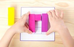 El niño separa el modelo según modelo Fotografía de archivo