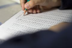 El niño soluciona ejemplos de las matemáticas Imagen de archivo libre de regalías
