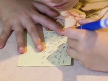 El niño soluciona ejemplos en el primer de la tabla Foto de archivo libre de regalías