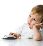 El niño sostiene el ratón del ordenador Imágenes de archivo libres de regalías