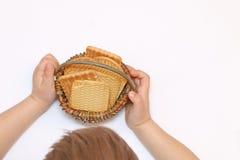 El niño sostiene una cesta de galletas Foto de archivo libre de regalías