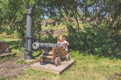 El niño tiene antiguo, artillería, arma imagen de archivo