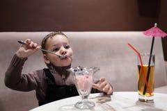 El niño tiene helado imagenes de archivo