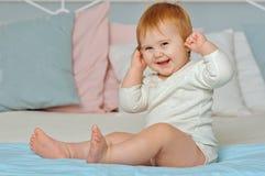 El niño toca los oídos por las manos Fotografía de archivo libre de regalías