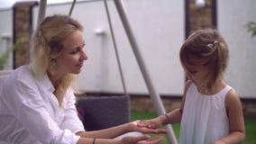 El niño toma cuidado sobre madre almacen de metraje de vídeo