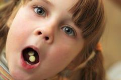 El niño toma las drogas Fotografía de archivo