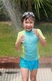 El niño toma una ducha Imagenes de archivo