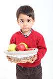 El niño trae la fruta de la cesta Imágenes de archivo libres de regalías