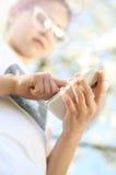 El niño utiliza un uso en su teléfono Fotografía de archivo libre de regalías