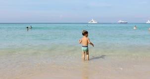 El niño va al mar almacen de video