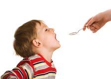 El niño valida una medicina imágenes de archivo libres de regalías