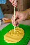 El niño y el papá hace la pasta con la paja imagen de archivo libre de regalías
