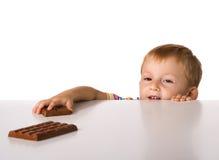 El niño y un chocolate Fotos de archivo libres de regalías