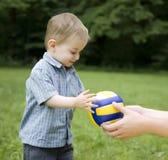 El niño y una bola Imagen de archivo