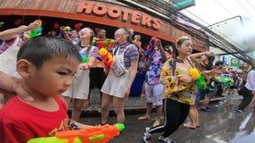 El ni?o peque?o est? caminando con festival del agua de la calle de Nana en Bangkok almacen de metraje de vídeo