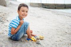 el ni?o peque?o por el mar recoge conchas marinas en la playa Puesta del sol Ni?ez feliz vacaciones de verano en el mar o el oc?a fotografía de archivo