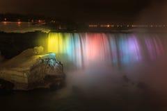 El Niagara Falls es cascadas voluminosas en el río Niágara Imagenes de archivo