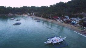 El Nido,巴拉望岛,菲律宾 美丽的光和码头有小船的 背景五颜六色的横向山 自然 苏禄海在背景中 股票录像