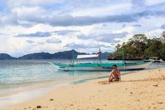 El Nido,菲律宾海滩的一个女孩  免版税库存图片