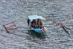 EL NIDO,菲律宾-有游人的小船旅行的海水的在海岛之间 库存照片