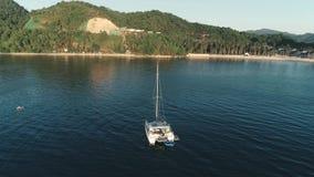 El Nido, Филиппины - 5-ое февраля 2019: Воздушный взгляд трутня роскошной яхты поставленный на якорь в заливе с ясным и видеоматериал