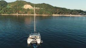 El Nido, Филиппины - 5-ое февраля 2019: Воздушный взгляд трутня роскошной яхты поставленный на якорь в заливе с ясным и акции видеоматериалы