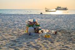 EL Nido, Filipinas - 18 de novembro de 2018: lixo plástico na cesta na praia branca da areia Seascape do escaninho de lixo Proble fotos de stock royalty free