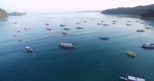 EL Nido, Palawan, Filipinas Luz e Pier With Boats bonitos Paisagem com montanha nave Mar de Sulu no fundo filme