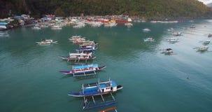 EL Nido, Palawan, Philippinen Schönes Licht und Pier With Boats Landschaft mit Berg nave Sulu-Meer im Hintergrund stock footage