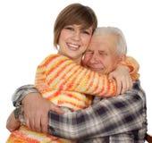 El nieto feliz abraza a un grandad feliz imagenes de archivo