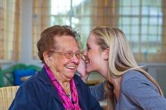 El nieto visita a la abuela Foto de archivo libre de regalías