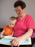 El nieto y la abuela leyeron un libro Fotografía de archivo