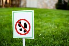 El ningún caminar en la muestra de la hierba Fotografía de archivo libre de regalías